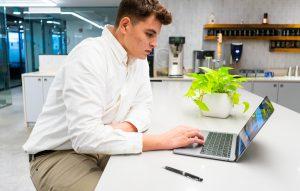 طراحی دکوراسیون داخلی رابطه ی عمیقی با احساس رضایت کارکنان از محیط کاری خود دارد.