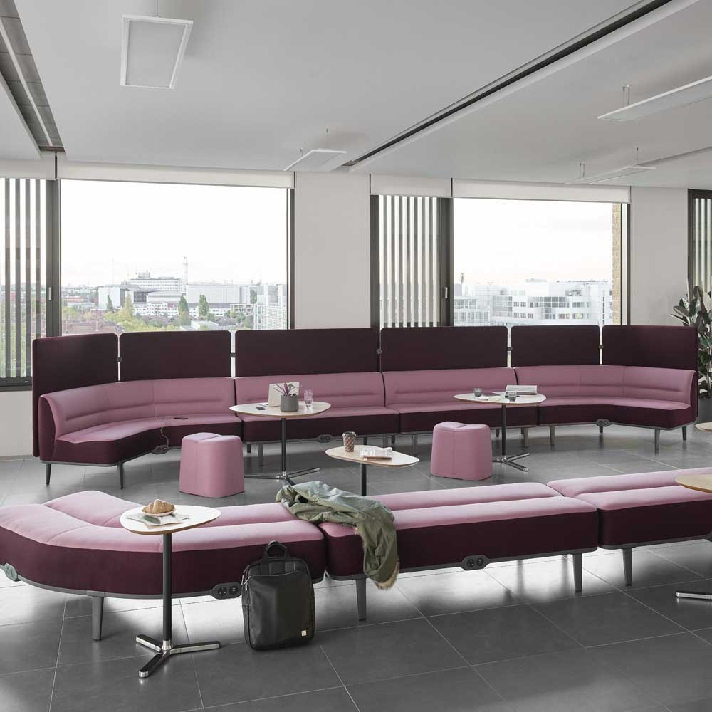 میز پذیش و صندلی پذیرش اولین راه ارتباطی با مشتری است.